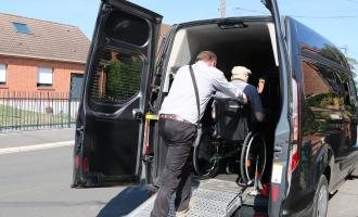 Personne en fauteuil roulant installée dans le véhicule.